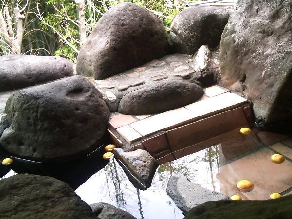 露天風呂 寝湯とミカン.JPG