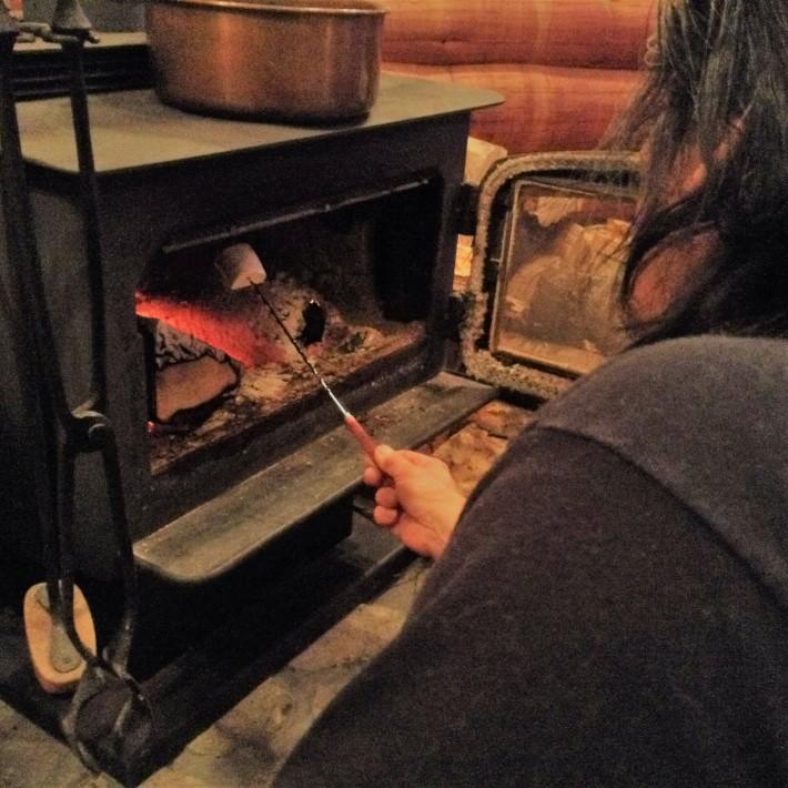 暖炉(薪ストーブ)でじっくりマシュマロ焼きもお楽しみください(希望者のみ)